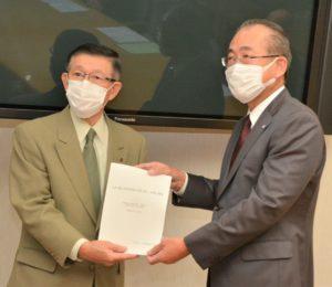 佐竹知事に提言書を手渡す佐川代表幹事