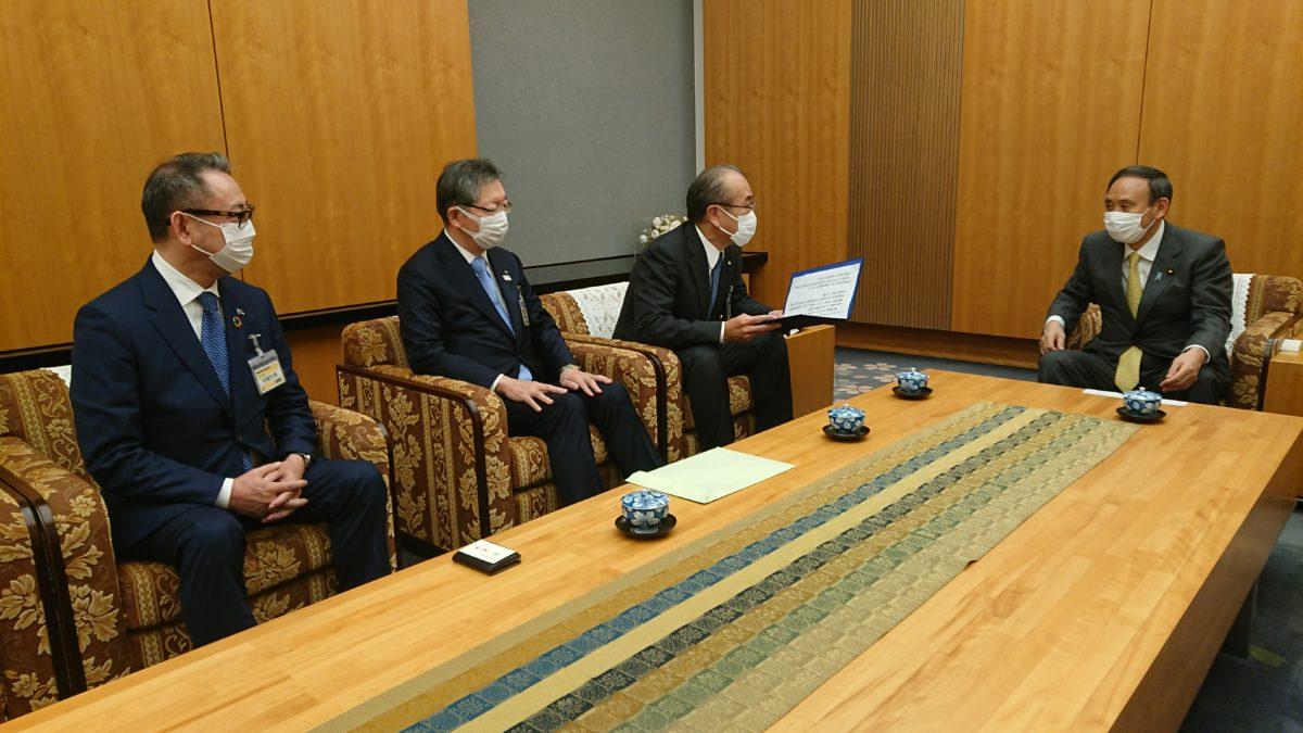菅首相(右)に要望事項を説明する3代表幹事